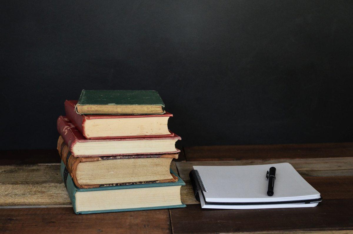 mempersiapkan buku untuk kembali ke sekolah