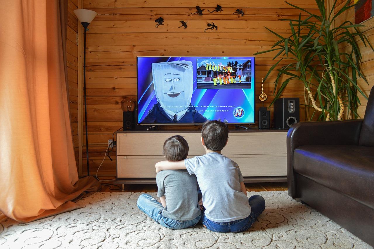 menonton kartun bersama-sama