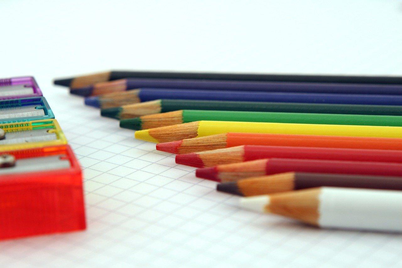 menyiapkan alat tulis untuk kembali ke sekolah