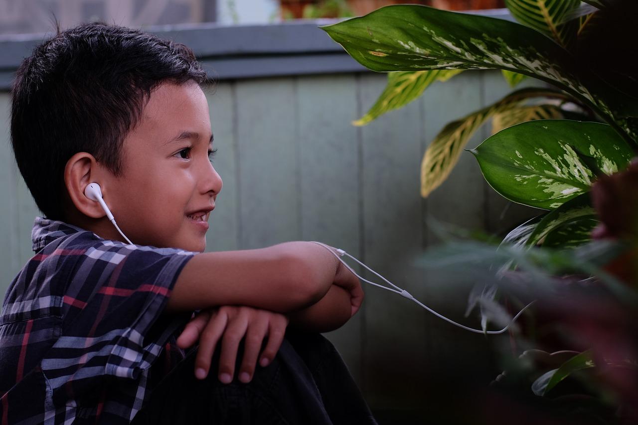 anak mendengarkan sesama