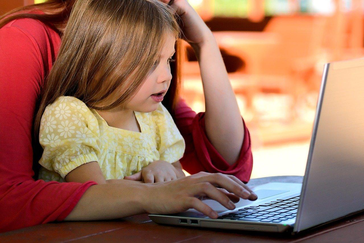 mengembangkan bakat anak dengan melakukan klarifikasi