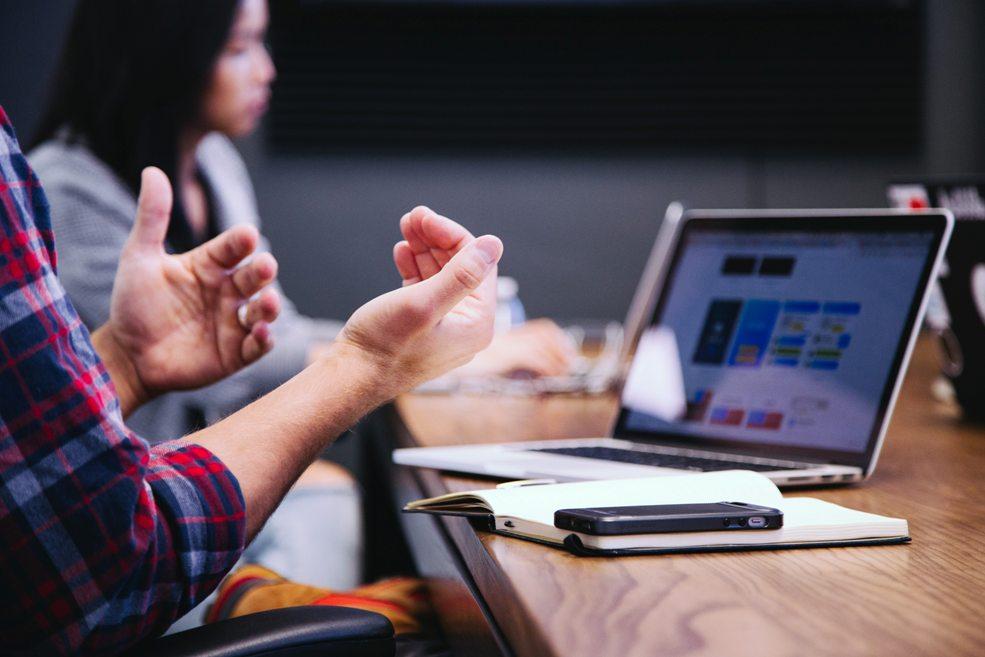 tips presentasi adalah buat kontak mata dan gestur tangan